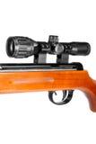 有望远瞄准镜和木靶垛的气枪 库存照片