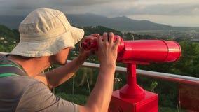 有望远镜的人在旅游地方 影视素材