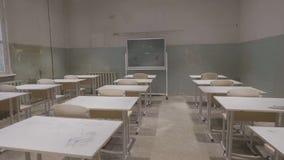 有木书桌,白色和绿色粉笔板的空的教室在学校 空的教室 被放弃的学校教室 免版税图库摄影