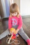 有木偶的哀伤的白肤金发的儿童桃红色衬衣 库存照片