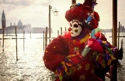 有木偶的威尼斯式狂欢节小丑 免版税库存图片
