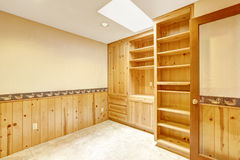 有木内阁的明亮的办公室室和木墙壁整理 免版税图库摄影