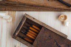 有木切削刀的工具箱 库存照片