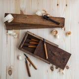 有木切削刀的工具箱 免版税库存照片