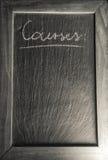 有木制框架的黑板与法国文本`追猎购物单书面布局模板背景的` 免版税库存照片