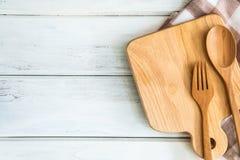 有木叉子的在白色桌,健康习性的食谱食物上的砧板和匙子射击了笔记背景概念 库存照片