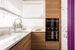 有木口音的现代厨房 免版税库存照片