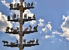 有木图的传统装饰五月柱在奥地利-与一些朵白色云彩的蓝天在背景中 奥地利 免版税库存图片