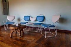 有木地板和减速火箭的椅子的室 免版税库存图片