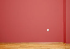 有木地板和墙壁的内部室在与电接触的红色在墙壁 库存图片