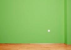 有木地板和墙壁的内部室以与电接触的绿色在墙壁和木避开 库存图片