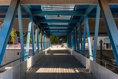 有木地板和天花板窗口的金属桥梁 免版税图库摄影