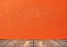 有木地板的抽象橙色墙壁 免版税库存图片