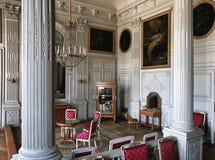 有木墙壁的大在凡尔赛宫的室和绘画 免版税图库摄影