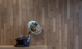 有木墙壁的留声机在颜色的背景 库存图片
