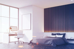 有木墙壁的,桌,侧视图卧室,被定调子 库存照片