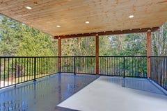 有木天花板和铁扶手栏杆的被盖的甲板 免版税库存图片