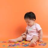 有木字母表的亚裔婴孩 免版税图库摄影