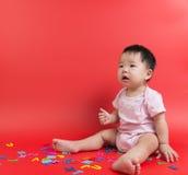 有木字母表的亚裔婴孩 免版税库存图片