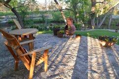 有木家具和chiminea的室外露台 免版税库存照片