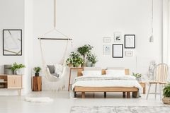 有木家具的卧室 图库摄影
