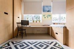 有木家具的卧室 免版税库存照片
