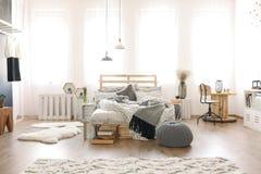 有木家具的卧室 库存图片