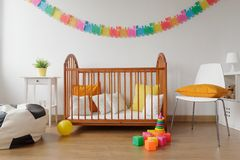 有木小儿床的新出生的卧室 免版税库存照片