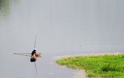 有木小船的一个人在Inle湖在单,缅甸 库存图片