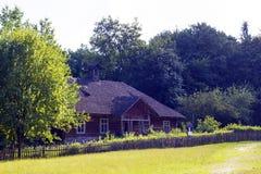 有木屋顶的老好的木房子在村庄 免版税图库摄影