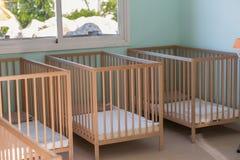 有木床的婴孩室 库存图片