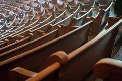 有木座位的音乐地点 免版税库存图片