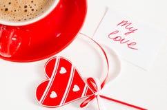 有木心脏和笔记的热奶咖啡杯子我的爱 免版税库存照片