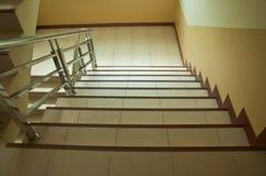 有木扶手栏杆的现代台阶 免版税库存照片