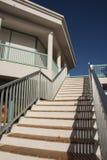 有木扶手栏杆的石台阶 免版税库存图片