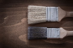 有木把柄和刺毛拷贝的两把油漆刷间隔图象 库存图片