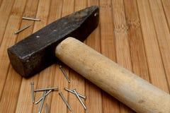 有木把柄和钉子的锤子 库存照片