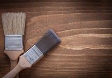 有木把柄的油漆刷在看法的木表面关闭 库存图片