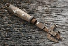 有木把柄的生锈的开罐头用具 库存照片