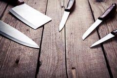 有木把柄的美丽的刀子,在一张老桌上 厨房,烹调,切开 免版税库存照片