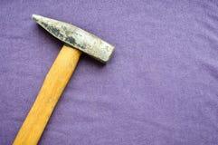有木把柄的老锤子 库存照片