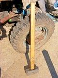 有木把柄/轮子的锤子 免版税库存照片