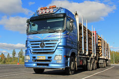 有木拖车的奔驰车Actros采伐的卡车 免版税库存图片