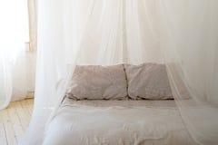有木有四根帐杆的卧床床的美丽的卧室 库存照片