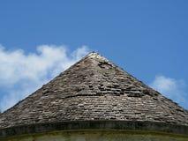 有木木瓦的圆锥形屋顶 免版税库存图片