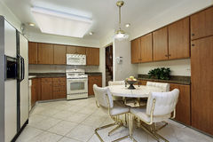 有木机柜的厨房 免版税库存照片