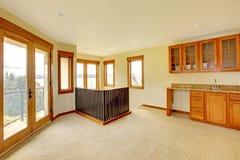 有木机柜的空的大空间。 新的豪华家庭内部。 库存照片