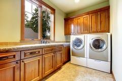 有木机柜的豪华洗衣房。 库存图片