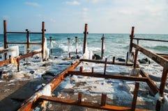 有木杆的冻冬天海 水平 库存图片