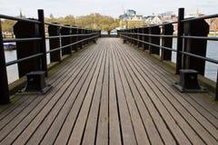 有木板条的河码头 库存图片